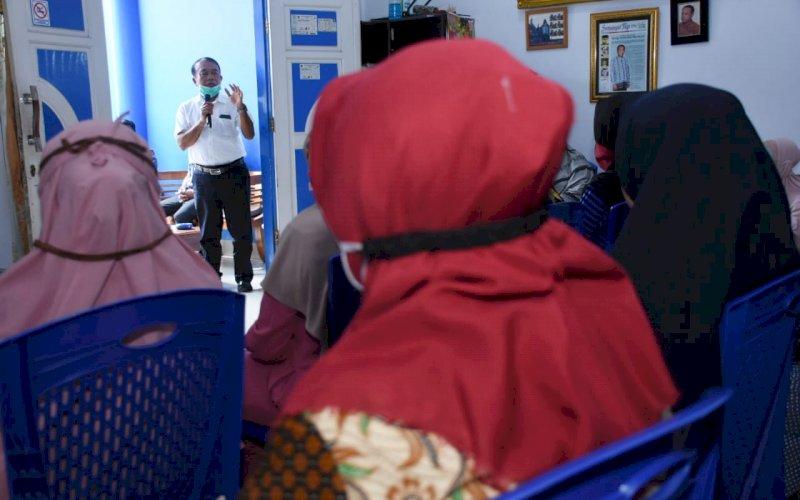 RESES. Anggota DPRD Kota Makassar, Zaenal Beta, menggelar reses I masa sidang I tahun anggaran 2020-2021 di Daerah Pemilihan (Dapil) 1, meliputi tiga kecamatan, yakni Kecamatan Rappocini, Makassar, dan Ujung Pandang di Kelurahan Banta-bantaeng, Kecamatan Rappocini, Kamis (1/10/2020). foto: istimewa