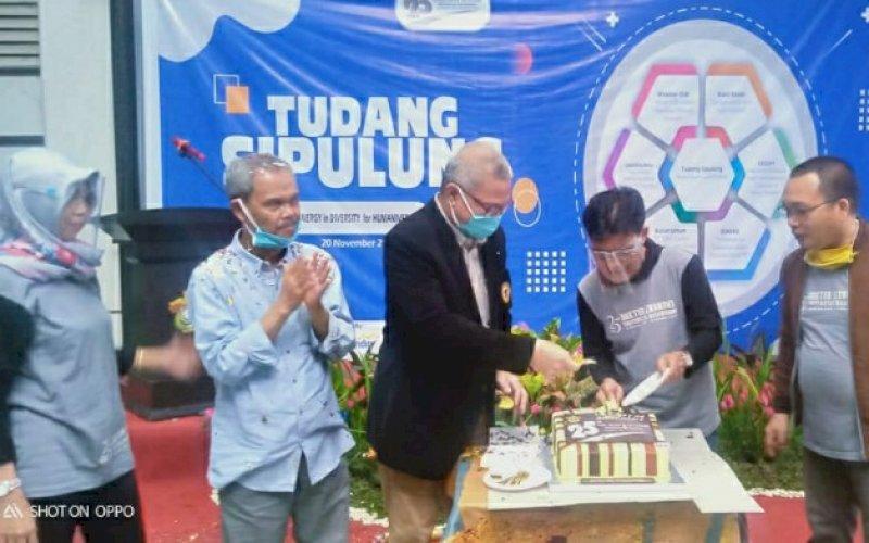 ULANG TAHUN. Pemotongan kue ulang tahun di sela sela acara acara Tudang Sipulung memperingati ulang tahun yang ke-25, Program Studi Doktor Ilmu Ekonomi FEB Unhas Makassar di Pascasarjana FEB-Unhas, Jumat (20/11/2020). foto: istimewa