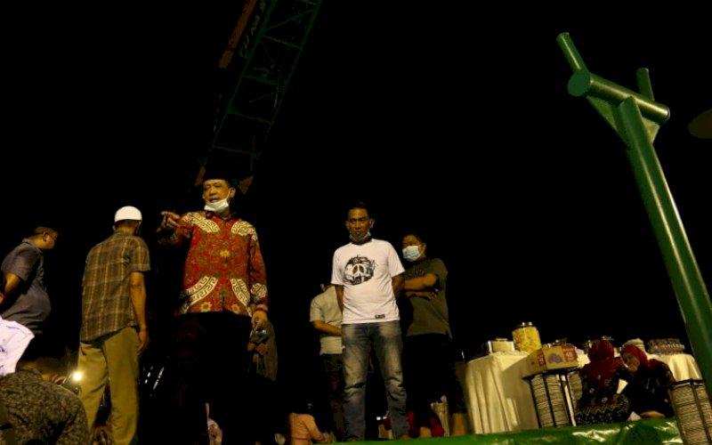 KAPAL BARU. Andi Tajerimin berdiri di atas KM Indi Nurmatalia 07 yang merupakan armada baru milik perusahaannya, PT Indimatam Lines yang sedang sandar di Dermaga Hatta, Pelabuhan Makassar, Kamis (12/11/2020) malam. foto: istimewa