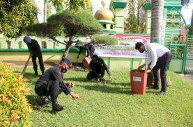 Brimob Bone Kerja Bakti di Masjid dan Gereja