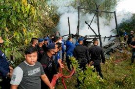 Brimob Bone Bergerak Cepat Padamkan Api yang Hanguskan Rumah Warga