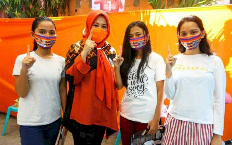 DUKUNGAN. Calon Wakil Wali Kota Makassar, Fatmawati Rusdi (kedua kiri), bersama komunitas milenial Makassar. Komunitas Generasi Milenial Makassar (GMM) menyatakan dukungan kepada pasangan Moh Ramdhan Pomanto-Fatmawati Rusdi (Danny-Fatma) pada Pilwalkot Makassar 2020. foto: istimewa