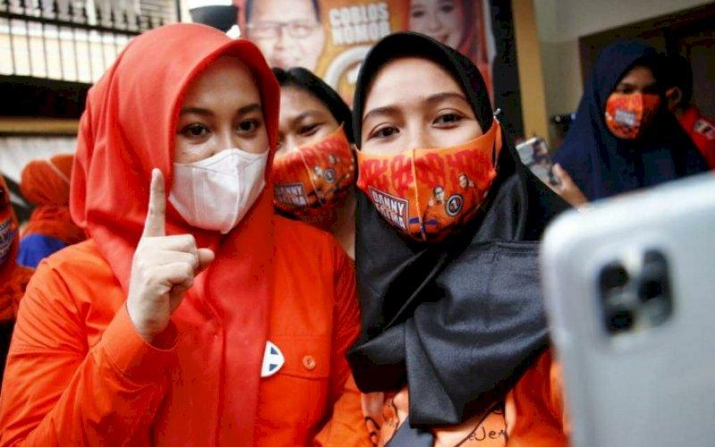 KEBERSAMAAN. Warga selfie bersama calon Wakil Wali Kota Makassar nomor urut 1, Fatmawati Rusdi, di sela-sela sosialisasi. foto: istimewa
