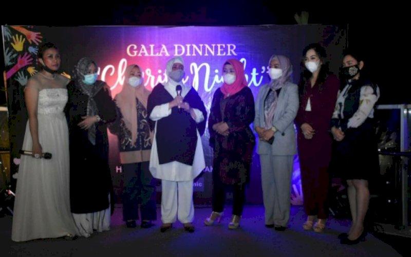 GALA DINNER. Indira Yusuf Ismail (keempat kiri) saat menghadiri Gala Diner Charity Night yang digelar Independen Women Makassar di Hotel Melia, Jl Mappanyukki, Sabtu (28/11/2020). foto: istimewa