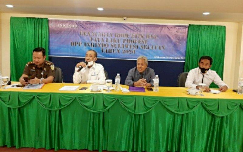 PENATARAN. Moderator M Dahir (kedua kiri) memandu pemateri perwakilan Polda Susel Kompol Sutomo (kanan), utusan Kejati Sulsel Priyambudi (kiri), dan Dewan Kehormatan DPP Inkindo Nasiruddin Pasiagai pada Penataran Kode Etik dan Tata Laku Profesi DPP Inkindo Sulsel Tahun 2020 di Grand Asia Hotel Makassar, Rabu (25/11/2020). foto: doelbeckz/pluz.id