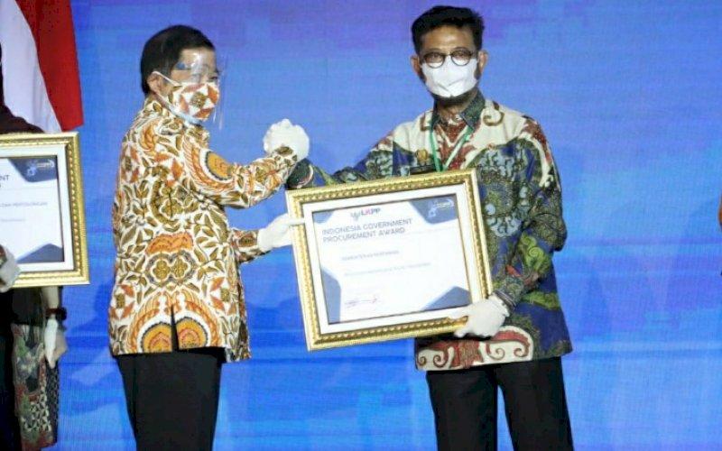 PENGHARGAAN. Ketua LKPP Roni Dwi Susanto (kiri) menyerahkan penghargaan kepada Mentan Syahrul Yasin Limpo di di Hotel Savero, Bogor, Jawa Barat, Rabu (18/11/2020). foto: istimewa