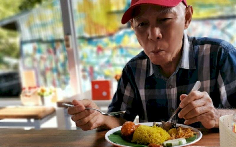 MENIKMATI MENU. Pengunjung Ayam Tettu tengah menikmati menu andalan Nasi Kuning Istimewa Komplit, Rabu (18/11/2020). foto: doelbeckz/pluz.id