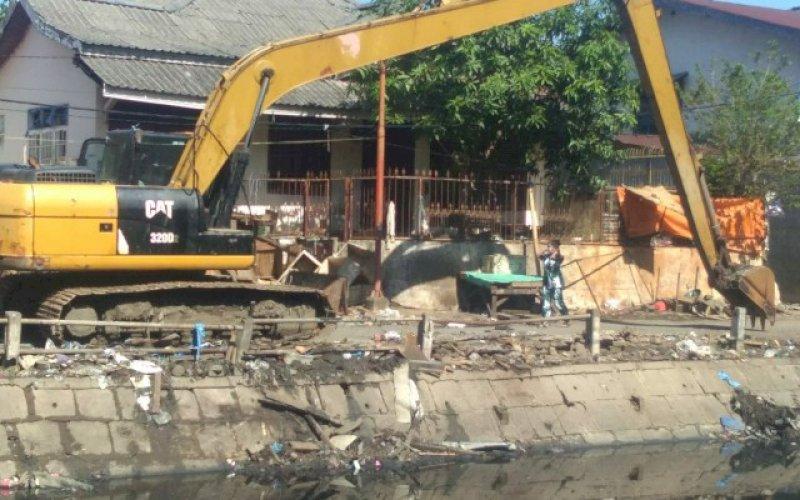 PEMBERSIHAN. Kendaraan alat berat membersihkan Pasar Pa'baeng-baeng bagian Barat, yang terletak di inspeksi kanal Pa'baeng-baeng di Jl Sultan Alauddin, Kota Makassar, sejak Jumat (6/11/2020) lalu. foto: istimewa