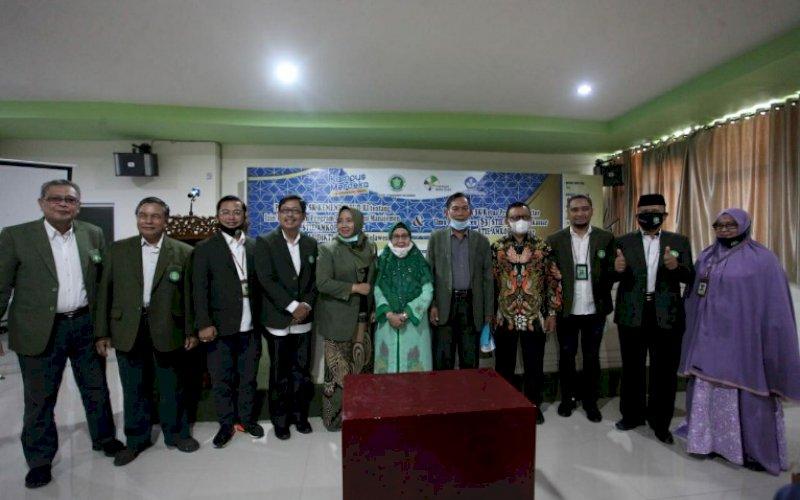 FOTO BERSAMA. Civitas akademika STIE Amkop Makassar foto bersama. Sekolah tinggi ini, resmi membuka Program Doktor S3. foto: istimewa