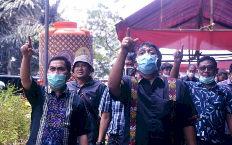 SOSIALISASI. Calon Bupati Tana Toraja, Theofillus Allorerung saat melakukan sosialisasi. foto: istimewa