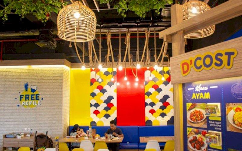 RESTORAN. Pelangga restoran D'Cost Nipah Mall Makassar sedang menikmati menu pilihan. foto: istimewa