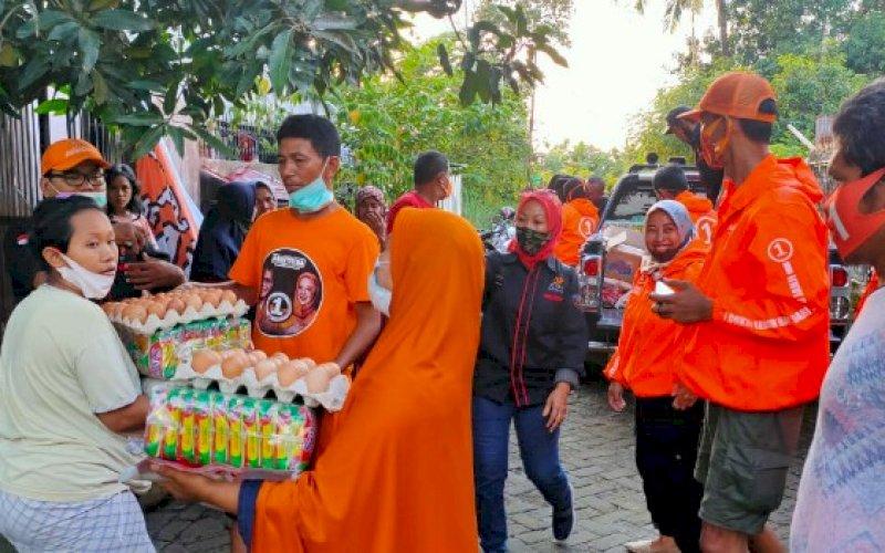 ADAMA PEDULI. Relawan Danny-Fatma (Adama) menyalurkan bantuan kepada korban banjir di Kelurahan Manggala, Kecamatan Manggala, Makassar, Minggu (27/12/2020). foto: istimewa