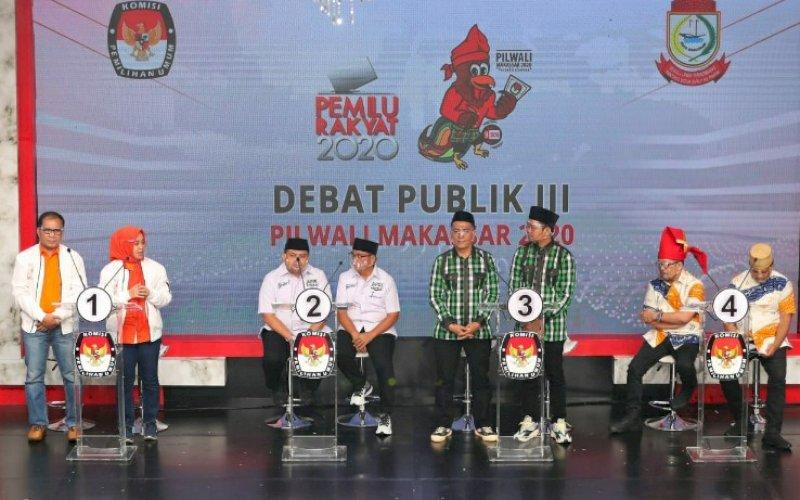 DEBAT. Suasana debat publik calon Wali Kota dan Wakil Wali Kota Makassar yang berlangsung di Jakarta, Jumat (4/12/2020). Pasangan Mohammad Ramdhan Pomanto-Fatmawati Rusdi (kiri) dan Syamsu Rizal-Fadli Ananda (ketiga kiri) memberikan keteladanan berpolitik dengan kerap saling memuji. foto: istimewa
