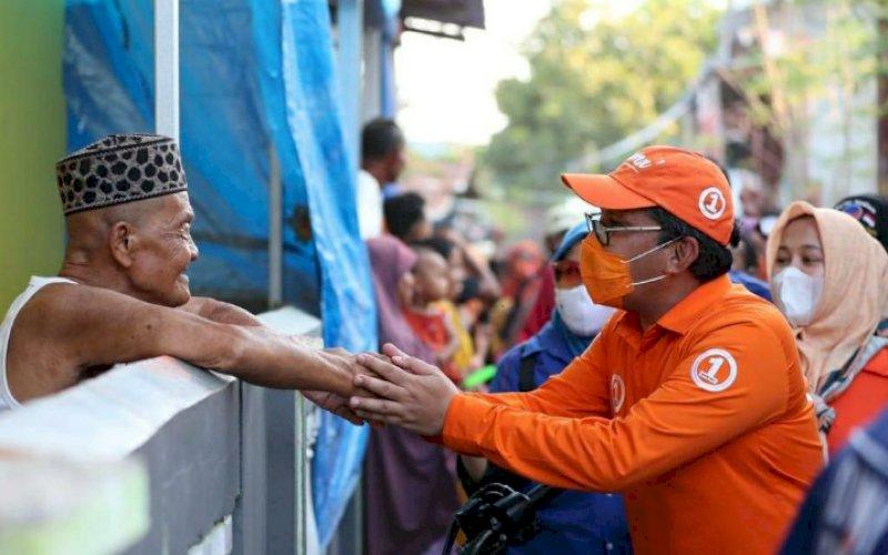 MENYAPA. Calon Wali Kota Makassar, Mohammad Ramdhan Pomanto, menyapa salah satu warga di sela-sela kampanye, belum lama ini. Meski terus menjadi sasaran fitnah hingga dikerjai jelang pencoblosan Pilwalkot Makassar, pendukung pasangan Danny-Fatma tetap konsisten untuk mencoblos duet nomor urut 1 ini. foto: istimewa