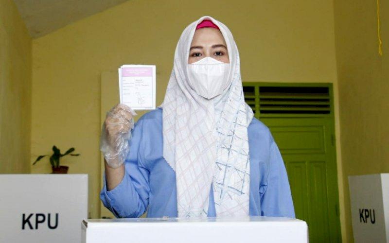 MENCOBLOS. Calon Wakil Wali Kota Makassar nomor urut 1, Fatmawati Rusdi, usia menyalurkan hak pilihnya di TPS 009 Kelurahan Banta-Bantaeng, Kecamatan Rappocini, Rabu (9/12/2020). foto: istimewa