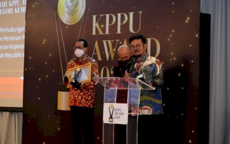 TERIMA PENGHARGAAN. Menteri Pertanian (Mentan), Syahrul Yasin Limpo, saat menerima KPPU Award tingkat pusat untuk kategori kemitraan tahun 2020 pada acara KPPU Award di Jakarta, Selasa (15/12/2020). foto: istimewa