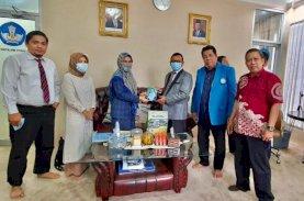 Ketua LLDikti Apresiasi Rektor UIM atas Hadiah Buku Sajadah Majdah dan Masker