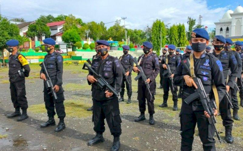 UPACARA PELEPASAN. Personel Batalyon C Pelopor Satbrimob Polda Sulsel sebanyak 1 SST mengikuti upacara pelepasan di Lapangan Gasis, Kabupaten Soppeng, Rabu (16/12/2020). foto: istimewa