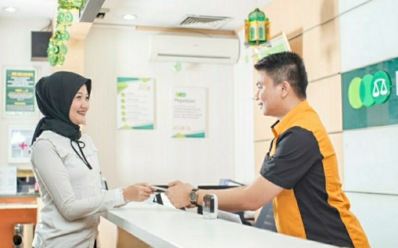 LAYANAN PEGADAIAN. Petugas Pegadaian melayani pelanggan dengan ramah. Pegadaian terus mendukung program Pemulihan Ekonomi Nasional (PEN) dengan meluncurkan produk Pinjaman Modal Produktif. foto: istimewa