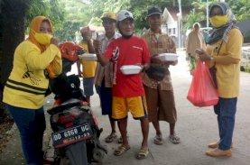 Jumat Berkah, Perempuan Golkar Maros Berbagi Nasi Kotak ke Warga