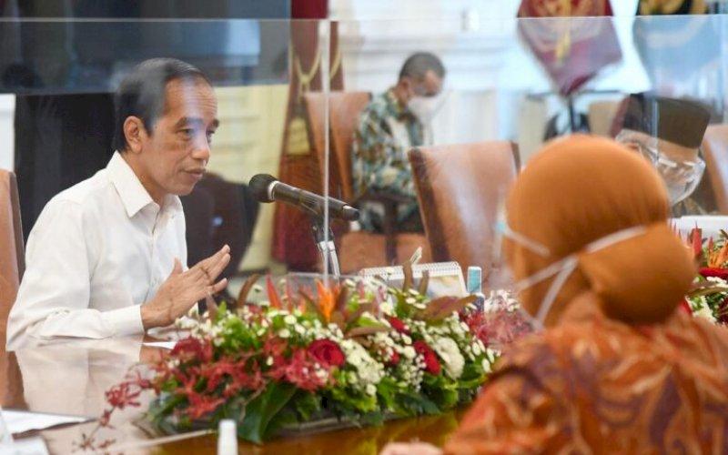 RAPAT TERBATAS. Presiden, Joko Widodo, memimpin rapat terbatas bersama jajarannya terkait penyaluran Bantuan Sosial (Bansos) bagi masyarakat penerima manfaat pada 2021 mendatang di Istana Merdeka, Jakarta, Selasa (29/12/2021). foto: istimewa