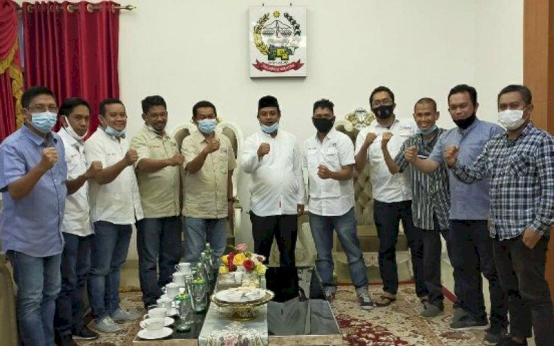 SILATURAHMI. Pengurus SMSI Sulsel bersilaturahmi dan diskusi dengan Wakil Gubernur Sulsel, Andi Sudirman Sulaiman di rumah jabatan, Makassar, Rabu (2/12/2020). foto: istimewa
