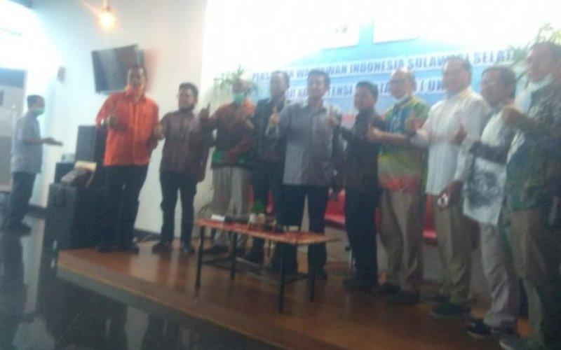 UKW. Ketua Bidang Organisasi PWI Pusat, Zulkifli Gani Ottoh (tengah), saat membuka UKW Angkatan XX yang digelar PWI Sulseldi lantai 19, Gedung Graha Pena, Makassar, Sabtu-Minggu (19-20/12/2020). foto: istimewa