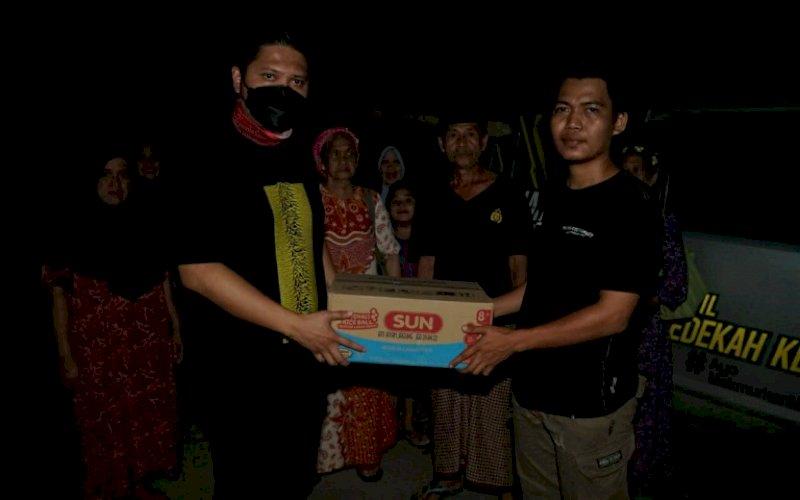 PEDULI. Ketua DPD I KNPI Sulsel, Andi Arham Basmin (kiri), mengunjungi dan memberikan bantuan kepada gempa bumi di pengungsian di Mamuju, Sulbar, Senin (18/12021) malam. foto: istimewa