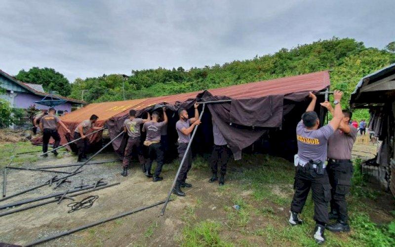 DIRIKAN TENDA. Personel Satbrimob Polda Sulsel yang menjalankan tugas BKO Polda Sulbar langsung membuat tenda saat tiba di Kabupaten Majene, Sulbar, Sabtu (16/1/2021). foto: istimewa