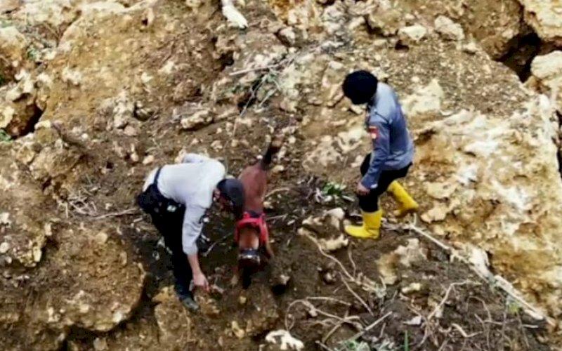 EVAKUASI. Personel Satbrimob Polda Sulsel berupaya mengevakuasi material longsor untuk penyelamatan warga yang terjebak longsor di Desa Mekatta, Kecamatan Malunda, Minggu (17/1/2021). foto: istimewa