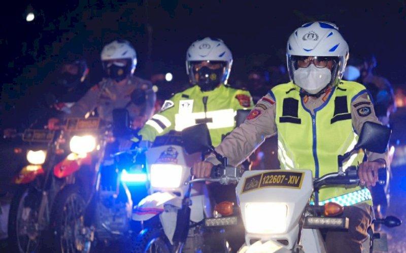 MEMANTAU. Gubernur Sulsel, Nurdin Abdullah, bersama Forkompinda Sulsel memantau suasana pergantian tahun dari 2020 ke 2021 mengunakan sepeda motor di Kota Makassar, Kamis (31/12/2020) malam. foto: istimewa