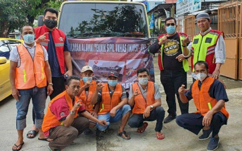 BANTUAN. Sekretaris Jenderal IKATSI Unhas, Hasbi Syamsu Ali (kedua kanan berdiri), saat melepas bantuan kemanusiaan kepada korban bencana gempa bumi Sulbar di kantornya, Jl Toddopuli, Kota Makassar, Selasa (19/1/2021). foto: ikatsi unhas