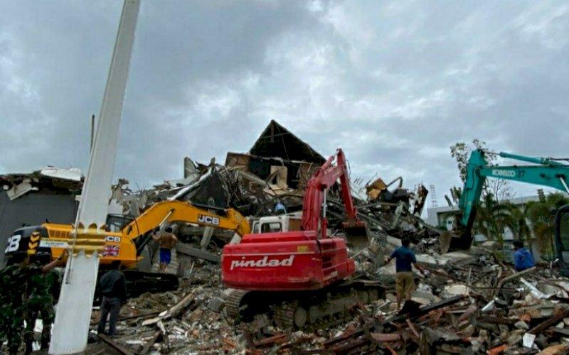 DAMPAK GEMPA. Kantor Gubernur Sulbar di Mamuju ambruk akibat gempa bumi dengan magnitudo 6,2 yang mengguncang Kabupaten Majene-Mamuju, Sulbar, Jumat (15/1/2021) dini hari. foto: humas pemprov sulsel