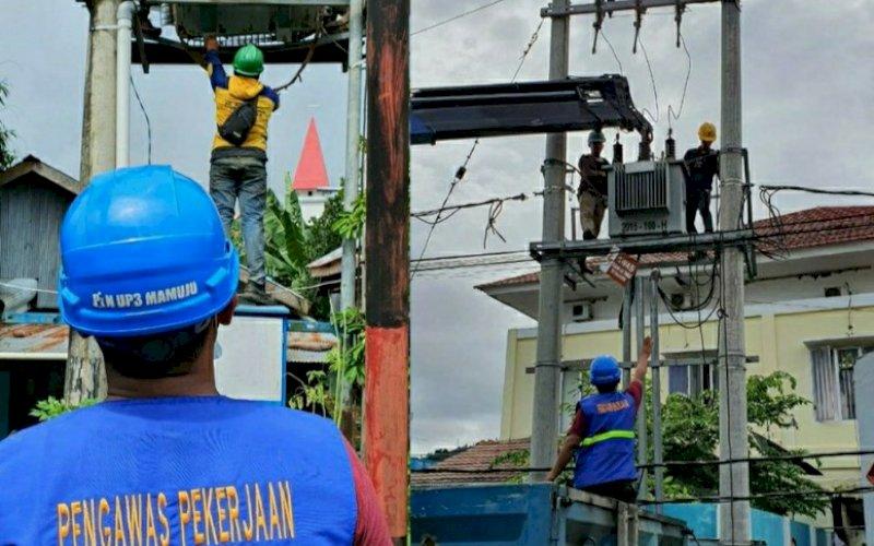 PENGERJAAN. Petugas PLN melakukan pengerjaan instalasi listrik yang rusak akibat gempa bumi yang mengguncang Mamuju dan Majene, Provinsi Sulbar, Jumat (15/1/2021) dini hari. foto: istimewa