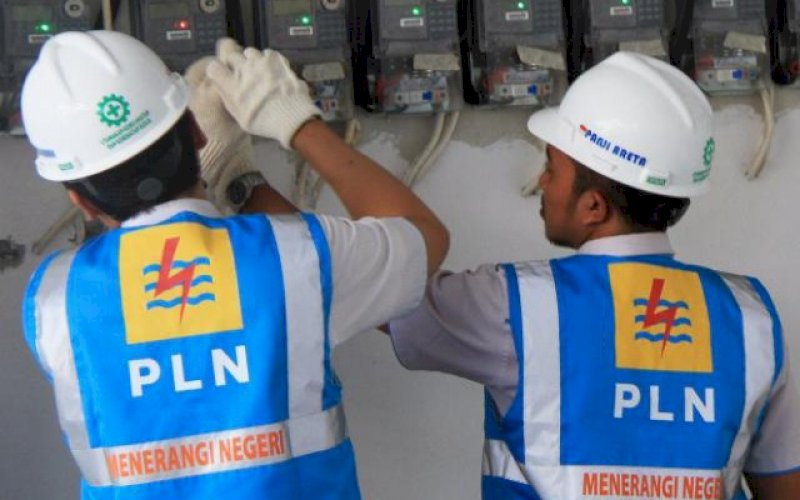 LAYANAN PLN. Petugas PLN melakukan pengecekan instalasi listrik. foto: istimewa
