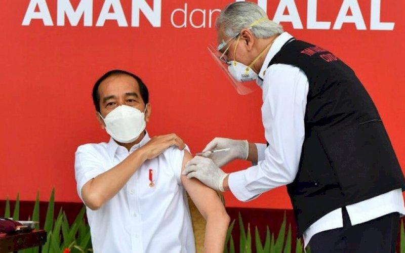 DIVAKSIN. Presiden Joko Widodo menerima suntikan dosis pertama vaksina Covid-19. foto: istimewa