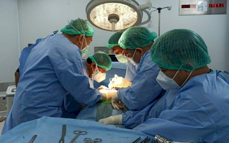 OPERASI. Tim bantuan medis melakukan operasi bedah tulang belakang (spine) pertama dalam penanganan korban bencana gempa bumi Sulbar di kamar operasi Rumah Sakit (RS) Regional Provinsi Sulbar di Mamuju, Selasa (19/1/2021). foto: istimewa