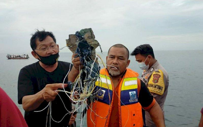 DITEMUKAN. Puing diduga dari pesawat Sriwijaya Air PK-CLC rute Jakarta-Pontianak yang hilang kontak di Kepulauan Seribu, Sabtu (9/1/2021). foto: istimewa