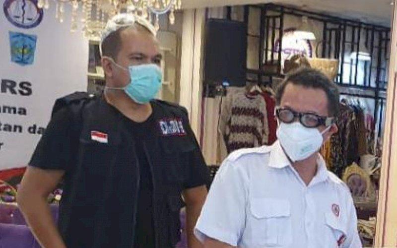 Ketua IDI Kota Makassar DR dr Siswanto Wahab SpKK (kanan) didampingi Humas IDI Kota Makassar dr Wachyudi Muchsin SH. foto: istimewa