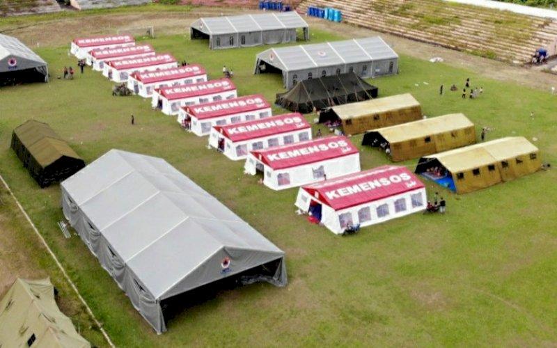 PENGUNGSIAN. Suasana tenda pengungsian di Stadion Manakarra, Mamuju, Sulbar, Selasa (19/1/2021). foto: bnpb