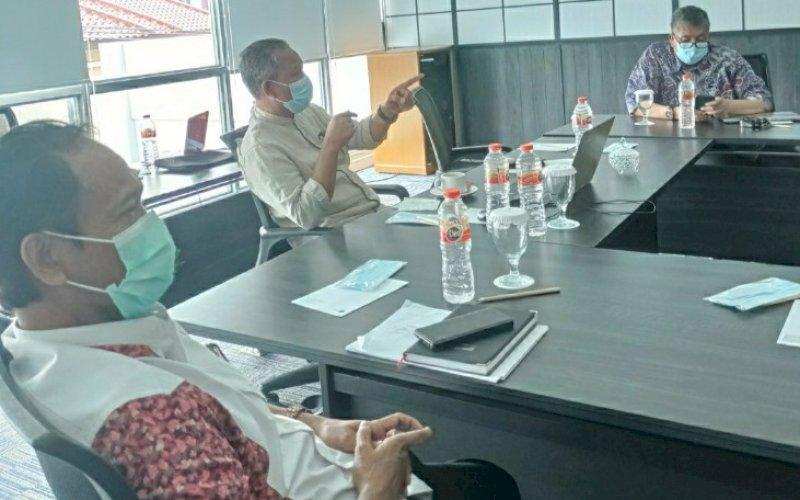 RAPAT. Tim Transisi Wali Kota dan Wakil Wali Kota Makassar terpilih Moh Ramdhan Pomanto-Fatmawati Rusdi (Danny-Fatma) kembali melakukan pertemuan reguler di Hotel Teras Kita Makassar, Kamis (18/2/2021). foto: tim media danny-fatma