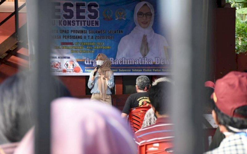 RESES. Anggota DPRD Provinsi Sulsel, Andi Rachmatika Dewi, menggelar reses masa persidangan II tahun anggaran 2020-2021 di Kelurahan Ballaparang, Kecamatan Rappocini, Kota Makassar, Minggu (7/2/2021). foto: istimewa