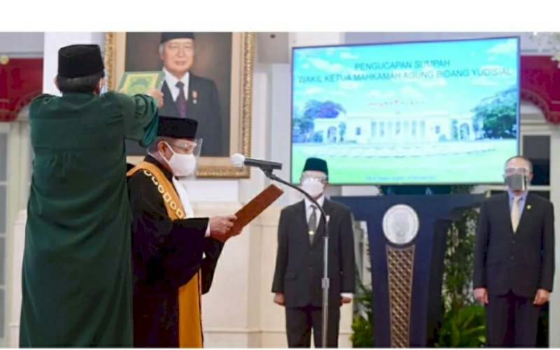 SUMPAH JABATAN. Dr H Andi Samsan Nganro SH MH mengucapkan sumpah jabatan sebagai Wakil Ketua Mahkamah Agung Bidang Yudisial. Pengucapan sumpah di hadapan Presiden Joko Widodo tersebut berlangsung di Istana Negara, Jakarta, Senin (15/2/2021). foto: bpmi setpres
