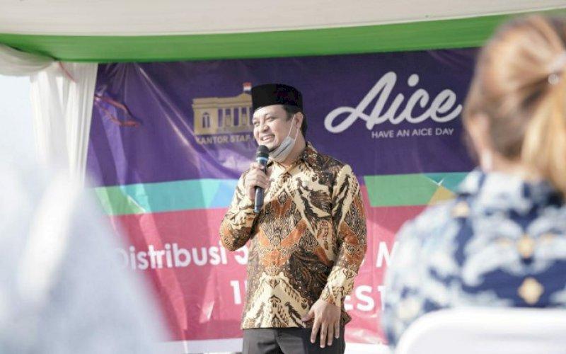 LAUNCHING. Wakil Gubernur Sulsel, Andi Sudirman Sulaiman, memberikan arahan pada Launching Distribusi 5.000.000 masker medis untuk Indonesia Maju di Kawasan Kuliner Lego-lego Makassar, Rabu (17/2/2021). foto: humas pemprov sulsel