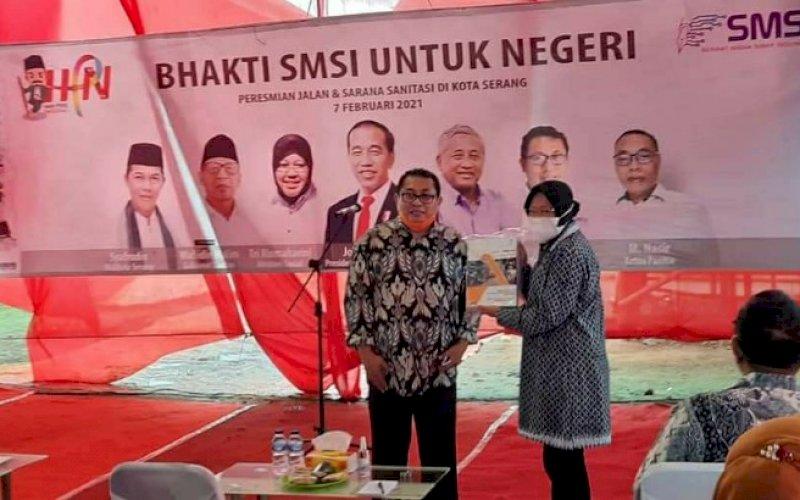 PERESMIAN. Menteri Sosial, Tri Rismaharini, melakukan peresmian jalan dan sarana sanitasi di Kota Serang, Banten, Minggu (7/2/2021). foto: smsi