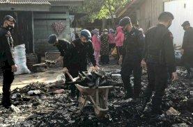 Brimob Bone Bantu Korban Bersihkan Puing Sisa Kebakaran