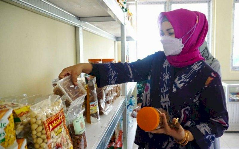 KUNJUNGAN. Ketua Tim Penggerak PKK Sulsel, Liestiaty F Nurdin, mengunjungi Koperasi Wanita Masagena, di Jl Andi Mangerangi Makassar, Sabtu (6/2/2021). foto: humas pemprov sulsel
