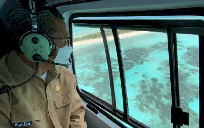 PENINJAUAN. Gubernur Sulsel, Nurdin Abdullah, saat pergi melakukan peninjauan langsung ke Pulau Lantigiang, Kepulauan Selayar menggunakan helikopter, Rabu (3/2/2021). foto: humas pemprov sulsel
