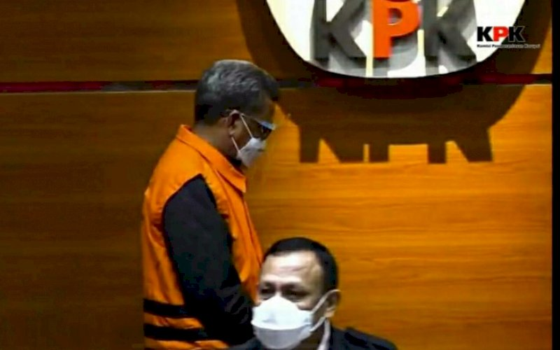 TERSANGKA. Gubernur Sulsel Nurdin Abdullah menggunakan rompi oranye saat konferensi pers penetapan tersangka yang dipimpin Ketua KPK Firli Bahuri di Gedung Merah Putih KPK, Kuningan, Jakarta Selatan, Minggu (28/2/2021) dini hari. foto: youtube kpk