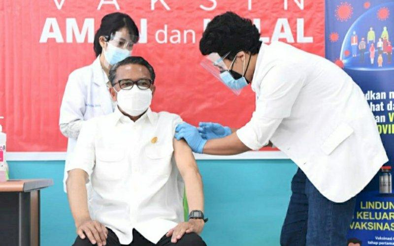 VAKSIN. Gubernur Sulsel, Nurdin Abdullah, berhasil mengikuti proses vaksin kedua di RSKD Dadi Makassar, Jumat (5/2/2021). foto: humas pemprov sulsel